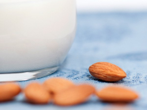 Is Almond Milk Harmful? (+ easy recipe)