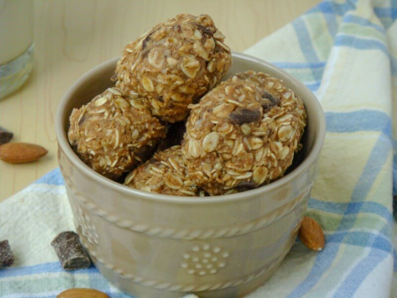 Chocolate Chip No-Bake Almond Butter Bites // realnutritiousliving.com